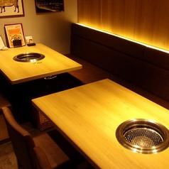 【半個室(壁・扉あり)】8~10名様向けテーブル席でございます。チャージ料は無料となっております。個室利用は8名様以上となりますのでお電話でご相談ください。