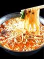 【坦々刀削麺 880円】刀削麺といえばコレ!もっちもちの麺に絡まる濃厚なスープはやみつきになる辛さ★当店を代表する人気メニューとなっております!皆様にぜひ一度はお召し上がりいただきたい一品です♪