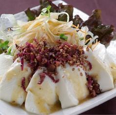 料理メニュー写真豆腐の和風梅しらすサラダ