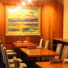 【2F】落ち着いた雰囲気でお料理とお酒をお楽しみいただけます。テーブル席は繋げて最大22名様でご利用可能です。隣にも33名様までご宴会可能なお部屋がございます。