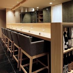 6名様までは入れるカウンター席となっています。竹の庵自慢の『天ぷら』の揚げたてを生で見られる、ある意味特等席のカウンターです。お一人様のスペースを広めにとっているためお隣様を気にせず楽しんでいただける作りです。カウンターは禁煙です。[東銀座 築地 和食居酒屋]