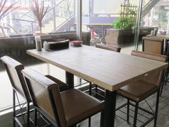 お友達同士や同僚と・・。気軽に一杯できるテーブル席。