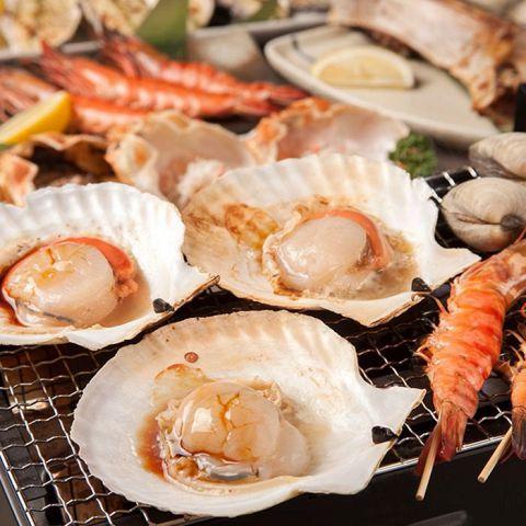 特大海老、はまぐりなどなど市場直送の鮮魚を一番シンプルで美味い方法でご堪能頂けるのが浜焼き!新鮮だからこそできる豪快スタイルで宴会を彩ります◎