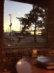 テーブル席より、明石海峡大橋1卓のみ2名がけのカップルシート、最も眺めの良いお席です。季節によりますが、日没前~1時間30分くらいがオススメです。
