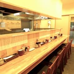 厨房の様子も見えるカウンター席。2人で大切な会話をしながらの食事も、1人でゆっくり食事をするのも良し!な居心地の良いカウンター席です。