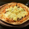 料理メニュー写真4種類のチーズXチーズピッツァ