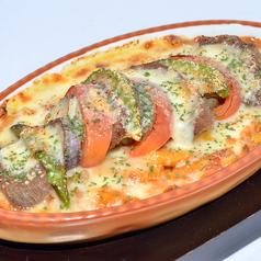料理メニュー写真牛タンとアボカドのトマトクリームグラタン