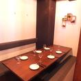カーテンで仕切れるテーブル個室