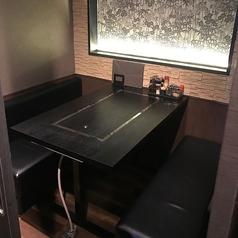 2名様~4名様までのテーブル席。個室なのでプライベート空間を保てます。少人数の集まりにも最適!目の前には大きな鉄板があります!