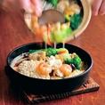 サクサクおこげに、海鮮と野菜がたっぷりはいったアツアツソースで豪快仕上げる『具だくさん海鮮おこげ』は食欲をそそる人気メニューです!