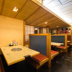ご家族やお友達との団らんに、お気軽にご利用頂ける江戸八のテーブル席でございます。しっかりと仕切られており広々とご利用いただけます。お子様用のお椅子もご用意しております。