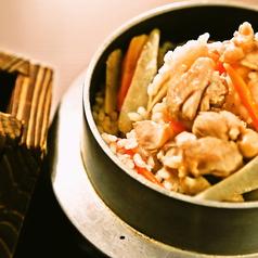 料理メニュー写真地鶏出汁鉄釜とり御飯