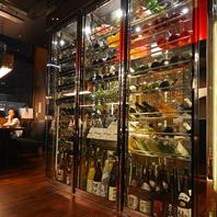 入り口を開けるとワインセラーが!中には日本酒も。