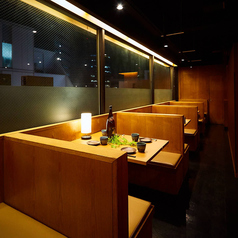 千葉駅2分にある好立地なのでお仕事帰りや終電間際まで愉しみたい方にも最適です◎木の温もりを感じられる落ち着いた和の空間で、旬の食材をたっぷり使用した逸品料理の数々をご堪能くださいませ。ご人数に合わせて快適なお席へご案内致します。少人数様から団体様までご対応可能な幅広い個室を完備しております!