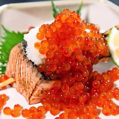 料理メニュー写真鮭とイクラの親子焼きおにぎり