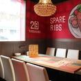 8名様までご利用いただけるテーブル席です。店内は明るくお洒落な空間。照明や壁のデザインなどインテリアにこだわっており、パーティーなどにもおすすめです。貸切も承っておりますので、結婚式二次会などもお気軽にご相談ください。