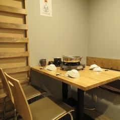 各テーブル間に仕切りがあるので、カップル、女性同士、接待などでもゆっくりお楽しみいただけます。