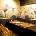 くつろぎのテーブル席は飲み会や女子会に最適!落ち着いた雰囲気の店内で美味しいお食事とドリンクをお楽しみください。※写真は系列店です。
