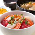 料理メニュー写真野菜たくさんの豚汁とぶっかけ海鮮丼  選べる小鉢 温玉orとろろ