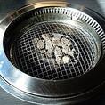 遠赤効果とダブルスチームででふっくら焼き上げる富士溶岩石無煙ロースター。臭み、脂分を落として美味しい焼き上がりです。一度に焼くのは5、6枚のお肉が適量です。お肉の載せ過ぎによる過剰加熱で安全装置作動、消防通報になる場合がございます。ご注意下さいませ。