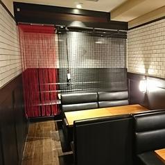 白いタイルで囲まれたソファーボックスシートは、落ち着いて会話のできるプライベートルーム的な空間です。ロールカーテンを設けた半個室ですので小宴会にも最適です。