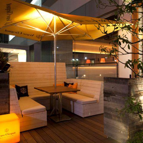 心地良い夜風に吹かれながらテラス席でフリードリンクプランが楽しめます。