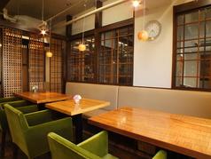 レイアウト可能なテーブル席。人数によってテーブルを繋げてご利用できます。