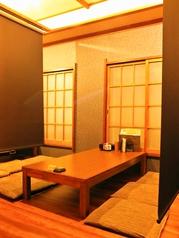 2階のお座敷です。貸切でない場合は仕切りを下して個室風にご利用いただけます。