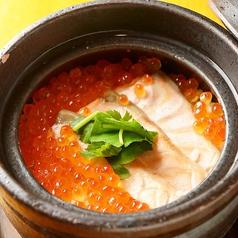 料理メニュー写真サーモンとイクラの海鮮親子釜飯
