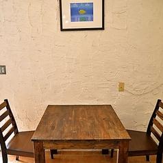 テーブル4名×2席、2名×2席