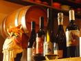 ソムリエの店主が厳選するワインを肩肘張らない雰囲気で。グラスワイン500円~とリーズナブル。