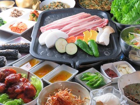 オシャレな店内で味わう本場韓国料理をご堪能くださいませ♪