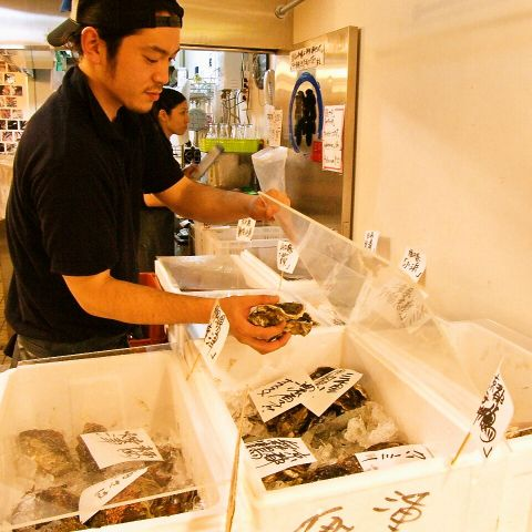 豊洲市場仲卸【築地三代】直営の牡蠣専門店。 豊洲市場直送!新鮮な全国各地の旬の牡蠣がずらり…。プリップリの牡蠣とアレンジ料理にリピーター多し! 昼間は魚やの店長の手捌きを楽しめるカウンターも人気です。気さくな店長に本日おすすめを聞いてみてください! いつでもご来店お待ちしております♪