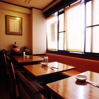 テーブル席もございます。カジュアルなお食事に◎