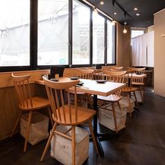 シンプルなテーブル席。ご家族やご友人とご一緒にお食事をお楽しみください。
