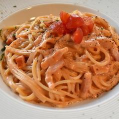 料理メニュー写真トマト風味のピンクカルボナーラパスタ
