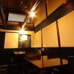 古民家の落ち着いた雰囲気を活かしたフロアには2名/4名/6名のテーブル席をご用意。