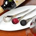 【塩】トリュフ・ワイン・炭塩など自家製塩が熟成肉を引き立てます。