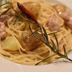 料理メニュー写真鶏肉とポテトのローズマリーオイルソースパスタ