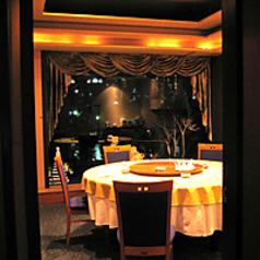 こちらは当店人気NO1の個室席です。接待に利用されるビジネスマンから、結婚式で利用される方々まで幅広いお客様に喜ばれております。