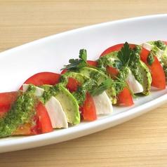 料理メニュー写真トマトとアボカドのカプレーゼ