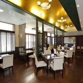 4名様で座っていただける広々としたテーブル席。周りのテーブルと繋げることができ、お客様の人数に応じて臨機応変に対応させていただきます。