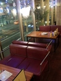 窓側のソファー席は人気のお席です☆お洒落空間で寛ぎの一時はいかが?