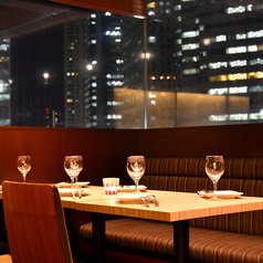 品川駅の夜景も見えるテーブル席