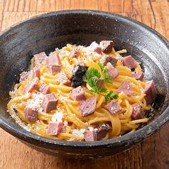 料理メニュー写真牛イチボ肉のトリュフ香るカルボナーラ