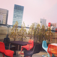 青山の街を一望できる屋上テラス席です。天候の良いお昼には爽やかな空気に触れながら、夜には夜景をお楽しみ頂けます。