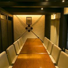 広いテーブル席を区切ってできる半個室は1部屋8名~最大12名様までご利用可能です。1部屋が広々としておりプライベート空間も保たれておりますのでご安心ください。