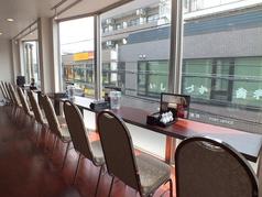 眺めのよい窓側はカウンター!おひとり様でも落ち着いてお食事できます
