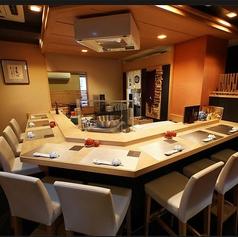 【天婦羅処】1天ぷらカウンター席は2名様~9名様までご利用いただけます。専属の職人が目の前で丁寧に揚げていきます楽しむ旬の天婦羅懐石コース贅沢なひとときをお過ごしくださいませ。