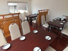 4名掛け、6名掛けのテーブルがございます。